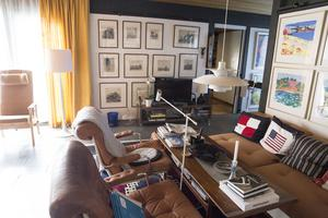 I husets privatare del ligger vardagsrummet med hörnsoffa och  Bruno Mathssons klassiska fåtöljer Karin, för Dux,  i brunt skinn.