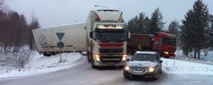 En långtradare har glidit av vägen vid en rondell längs Lugnetleden i Falun. Foto: Staffan Björklund