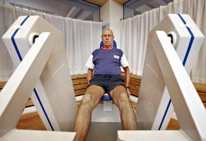 OROLIG. Rolf Forsberg, 73, har artros i ena knät och tränar hos Balkefors i Sandviken sedan sju år tillbaka. Utan sjukgymnastik blir han stel och öm i kroppen. I och med hälsovalet gäller inte landstingets avtal med de privata sjukgymnasterna längre. Nu vet Rolf Forsberg inte vart han ska ta vägen efter nyår.