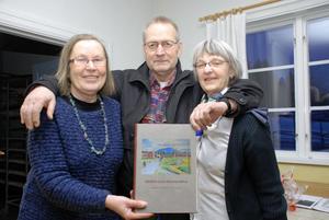 Från vänster Kerstin Hopstadius, Bo Trudevall och Brita Östberg Letell visar stolta upp boken om Heden och Dammarna.