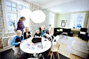 Hemma hos familjen Westin i Hagaström samlas Theodor Holm, Ida Ehlin, Alma Westin, Ellen Ehlin, Hilda Brandt och Nora Westin för att looma.