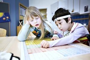 Flora Hallberg och Louise Hagman är kompisar och sitter bredvid varandra i klassrummet.