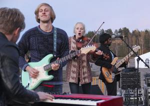 Fem personer starka musikgruppen Skenet spelade någon slags blandning av folkmusik, funk och rock.
