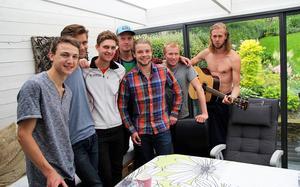 En del av gänget i huset i Borås. Från vänster: Fredrik Ingelsson, Göran Winblad, Anders Johansson, Andreas Calleberg, Charlie Stolt, Jesper Lysell och Anton Tynong (Ärla IF).