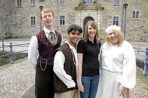 Här är vi. Slottsguider som ska levandegöra Slottets historia. Från vänster: Olle Ohlsson, Viktor Marklund, Linda Johnsson och Marina Viktorsson.BILD: ANDERS ERKMAN