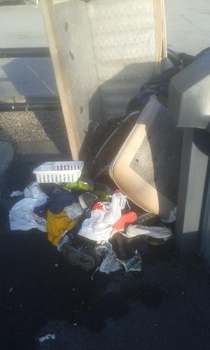Skickar en bild från Krönikegatan i Vivalla på hur det kan se ut vid återvinningsstationen. Ungefär såhär ser det ut på alla Vivallas tolv gator under helger och under flera dagar i veckan.
