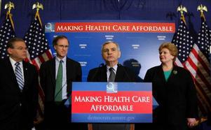 USA:s senat har beslutat att ta upp frågan om en allmän sjukförsäkring till behandling. Det ökar chansen ytterligare att ett förslag ska bli verklighet redan under Obamas första år.  På bilden ses ett antal demokratiska senatorer med ledaren för en konsumentorganisation och skylten: gör så vi har råd med en sjukförsäkring.  Foto: Scanpix