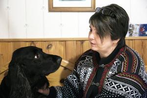 Hunden Caesar har varit till stor hjälp för Lena Paajanen.