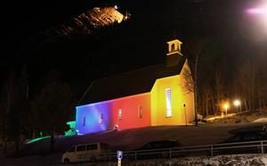 Fullsatt när Jon Henrik var på hemmaplan med en kyrka som vackert var upplyst i de samiska färgerna.