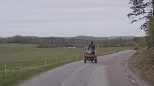 Christopher Svensson och Emma Johannesson arbetar i sitt mobila mopedkontor.