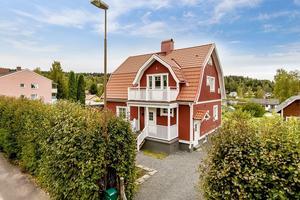 I den här renoverade 20-talsvillan i Ludvika finns flera kakelugnar.