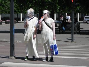 De här flickorna var ut klädda till statyer. De väntar på att det skall slå om till grönt och skall vidare till Vasaparken.