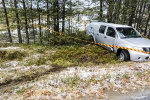 Bilen körde av vägen och har sladdat genom terrängen en bit innan det blev stopp.