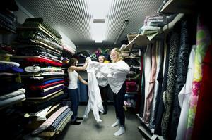 Frida Krantz, Karin Mobacke och Nora Skoglund provade luciaklänningar hos sömmerskan på fredagseftermiddagen.