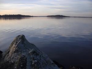 Den här sköna synen med en sidenblank vattenyta, då solen gick uppen morgon nu i november månad, mötte mig vid morgonpromenadenlängs Öster Mälarstrand häromdagen.