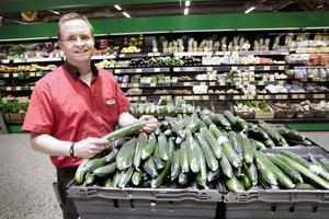 INGET SPANSKT. Enligt Magnus Winges, butikschef vid Maxi Ica i Hemlingby, är det främst svenska och holländska grönsaker på butikernas hyllor just nu.