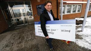 En nöjd Mikael Teurnberg lämnar kommunhuset med en check till Rospiggarna på 380 000 kronor.