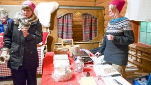 Mejeristen Erika Enckell bjuder på egentillverkade ostar från kor och getter.