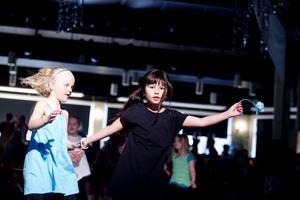 Åttaåringarna Engla Wallmark och Ellie Bergström dansade chacha och ragga på Estraden i Gävle.