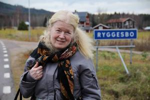 Vibeke Olsson har arbetat som baptistpastor och bor nu i Ryggesbo, Edsbyn. Glödens färger, är hennes femte bok om Bricken i Svartvik söder om Sundsvall.