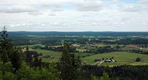 UTSIKT. Åbyggeby ligger närmast nedanför berget. Långt borta vid horisonten syns både havet och Norrsundet.