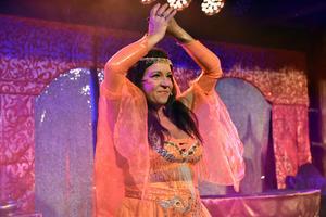 Maria Nilsson, som ligger bakom kostymerna och scenografin, tar ut svängarna i första låten.