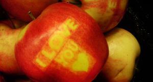 """Äpplen med meddelande i skalet syns bland annat på Ica Maxi i Östersund. Tidigare hälsades """"God Jul"""" via äpplen, den här gången är det kärleksbudskapet """"I love you"""" och ett hjärta, som förstås hänger kvar sedan firandet av alla hjärtans dag."""