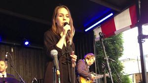 Isabella Lundgren balanserar mellan egen kraftfull sång och Billie Holidays vibrato.
