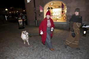 Britt Lundberg och Evis Engman från Falu naturskola, strosade runt med bocken Kåre.