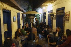 Restaurangen Gården har en helt vanlig onsdagskväll gott om besökare.   Foto: Mikael Nilsson/TT