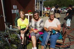 Sigbritt Hedlund och Berit Roos från Njutånger och Ing-Marie Eriksson från Borka kom för att titta på båtar, träffa bekanta och handla getost och andra specialiteter som annars är svåra att få tag på.