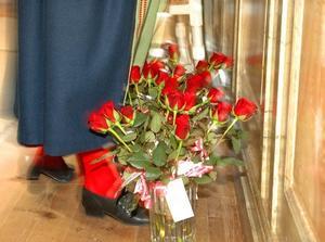 I den vackra kyrkan väntade några rosenbuketter på att få nya ägare. Rektor Ingela Murars-Sares hade vacker hembygdsdräkt.