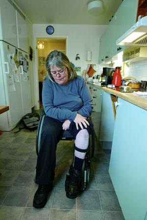 Utan specialskon med inbyggd skena för benet, kan inte Helena stå på benen.