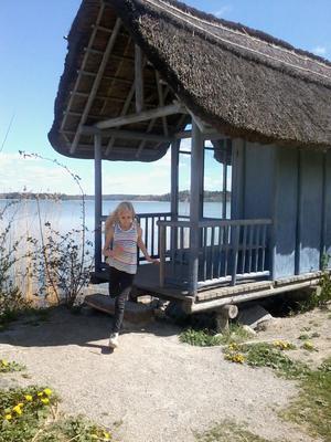Min dotter Freja tar ett språng från ett otroligt fint utkikshus vid sjön i Järna. Nästan så att det ser ut att vara utomlands.