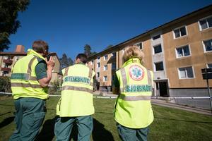 Ambulanspersonalen fick ta hand om mamman, som tillsammans med sin bebis räddades från det brinnande hus, på plats i ambulansen. Mamman hade kraftig hosta.