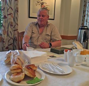 Thomas Schütt som anordnar mässan i Borlänge fick också hoppa in som kaffeförsäljare.