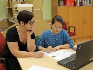 Engelskaläraren Sara Lundsten ger stödundervisning till Mai Thi Nguyen på barn- och fritidsprogrammet.