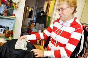 Irma Hjort visar en otvättad kavaj med trasigt foder.– Den här vill ingen köpa, säger hon.