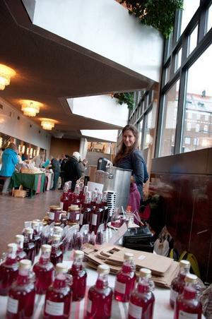 Evelin Vastero sålde lingondricka, lingonglögg och andra saker gjorda på lingon. – Jag har en egen odling, förklarar Evelin.