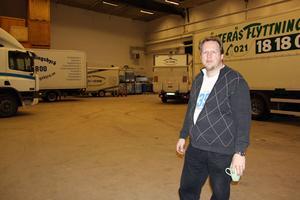 Ove Eriksson i Västerås flyttningsbyrås stora lokal i Kopparlunden där det är premiär för en ny loppis på lördag. FOTO: HANNA OSCARSSON