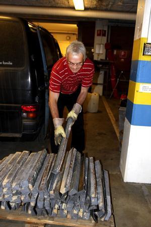 Polisens tekniker Arne Sjödin visar stöldgodset som tagits i beslag. Totalt handlar det om 2,7 ton titanplåt som stulits från Örnalp till ett värde av över en halv miljon kronor.