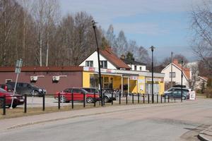 Lutar. En lyktstolpe på Centralvägen i Skinnskatteberg lutar efter att ha blivit påkörd av en snöplog.