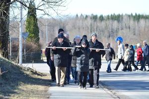 Många anslöt. Det var runt 30-40 personer som anslöt och gick med i korsvandringen i Frövi under långfredagen.