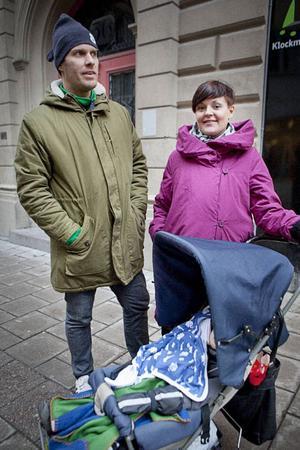 """""""Man skulle ju inte tacka nej till det"""", säger Sofia Angantyr, 33 år från Stockholm, och får medhåll från Peter Angantyr, 39 år.""""Ja, jag skulle absolut kunna tänka mig att byta fackförbund för den sakens skull. Innan man hade barn prioriterade man karriären, nu är det tiden man tar vara på"""", säger han.Men samtidigt finns en annan sida av myntet, menar de.""""Jag förstår tanken med längre semester för unga föräldrar men samtidigt är det diskriminerande"""", säger Sofia. """"Ja, tänk dem som vill ha barn men inte kan till exempel"""", säger Peter."""