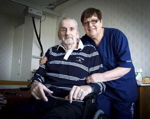 Ingbritt Spjuth tillsammans med en av de boende, Kjell Eriksson, som hon är kontaktperson för.