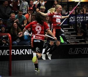 Anna Wijk jublar efter att ha slagit in segermålet. Foto: Staffan Björklund