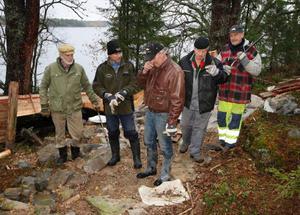 Efter väl utfört jobb på rekordfart så pustar Folke Löfgren, Tommy Andersson, Ove Isaksson, Kalle Kingstad och JG Jonsson ut.