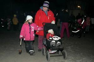 Lea Wiberg, 4,5 år och från Brunflo och 2,5-åriga lillasystern Tilde Wiberg tog med sig farmor Maud Fortuna från Hammerdal.