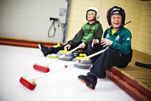 Störtkul att curla tycker de här killarna som provade på curling på Testebovallen.
