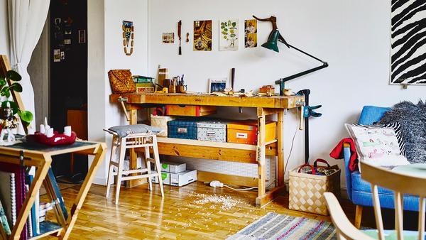 Du behöver inte en egen snickarbod för att tälja och slöjda. Så här ser det ut hemma hos möbel- och finsnickaren Moa Brännström Ott.